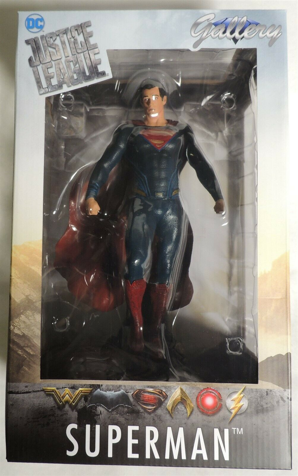 D988. DC Justice League SUPERMAN Gallery PVC Diorama by Diamond Select (2018)